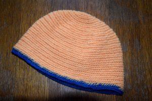 Eine nadelgebundene schlichte Mütze.